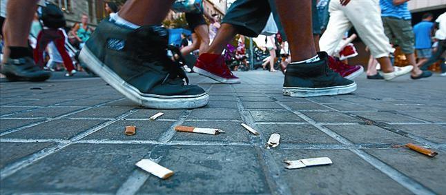 Colillas de tabaco al paso de jóvenes.