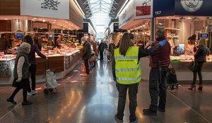 Controladores en el mercado de Sant Antoni.