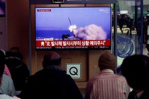 JHK01 SEUL COREA DEL SUR 09 05 2019 - Varios surcoreanos siguen por television el lanzamiento de una serie de proyectiles no identificados desde Corea del Norte en la Estacion de Seul Corea del Sur este jueves Corea del Norte ha disparado una serie de proyectiles no identificados apenas cuatro dias despues de realizar otro lanzamiento segun informo el Estado Mayor Conjunto surcoreano JCS EFE Jeon Heon-kyun