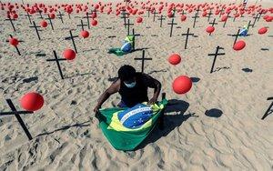 ONG Río de Paz por las víctimas del COVID-19 coloca un representación en la playa de Copacabana, Brasil.