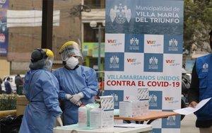 Personal médico atiende la pandemia en Perú.