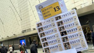 Décimos de la lotería de Navidad 2019 acabados en 13 en la administración de Doña Manolita, en Madrid.