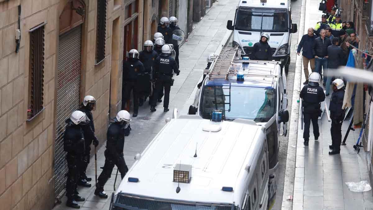 La Guàrdia Urbana desallotja la finca municipal del carrer Sant Ramon.