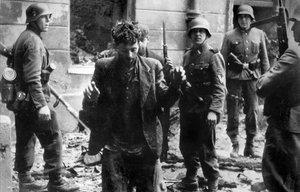 Detenión de un judío en el gueto de Varsovia.