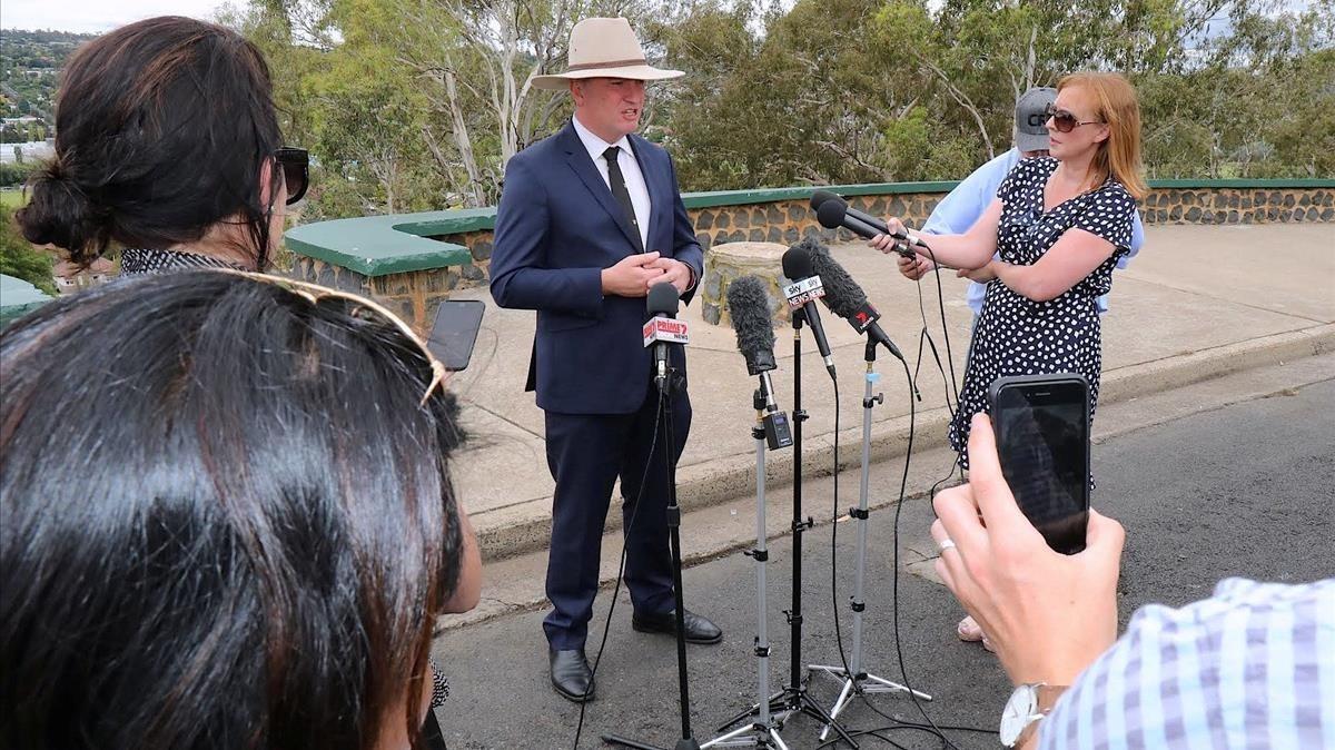 Barnaby Jones, viceprimer ministro de Australia, anuncia su dimisión a la prensa