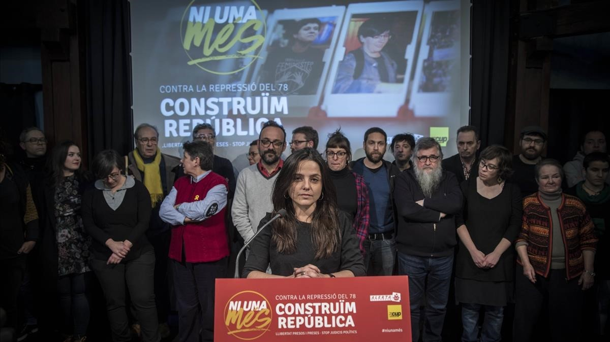 La diputada de la CUP Maria Sirvent, arropada por la plana mayor del partido, este martesen Barcelona.