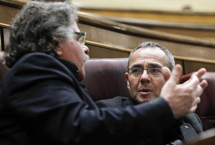 El diputado de ERC Joan Tardá y el portavoz de Izquierda Plural, Joan Coscubiela, conversan durante el pleno.