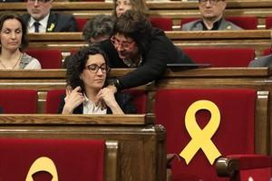 Dolors Bassa saluda a Marta Rovira desde su escaño, ayer en el pleno.
