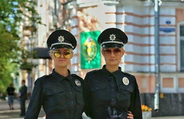 Dos jóvenes oficiales de la policía de Kiev dejándose fotografiar mientras patrullan, este jueves.
