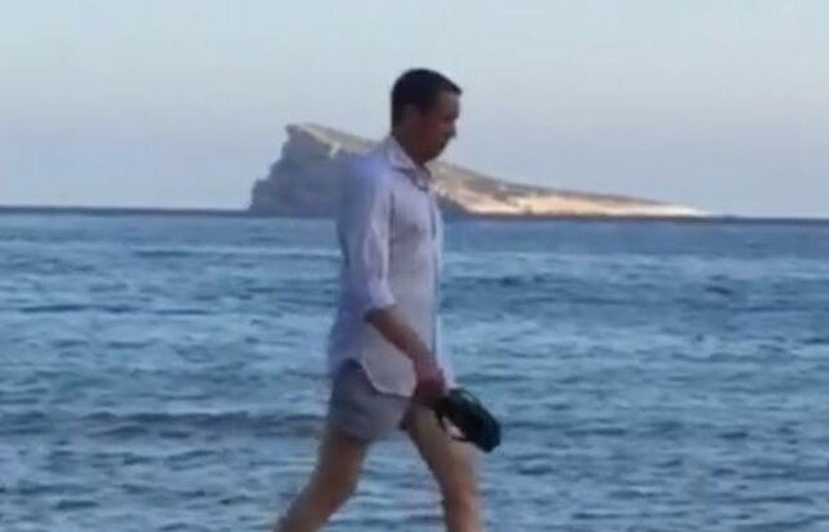 Eduardo Zaplana pasea por la playa de Poniente de Benidorm.