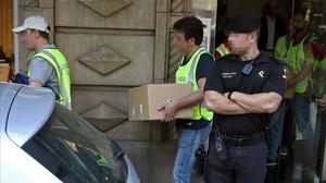 Agentes de la Gaurdia Civil saliendo de la sede de Efial en Barcelona tras la entrada y registro de julio del 2016.