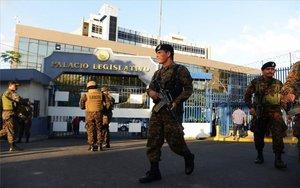 Militares y policías en la sede del Congreso de El Salvador.