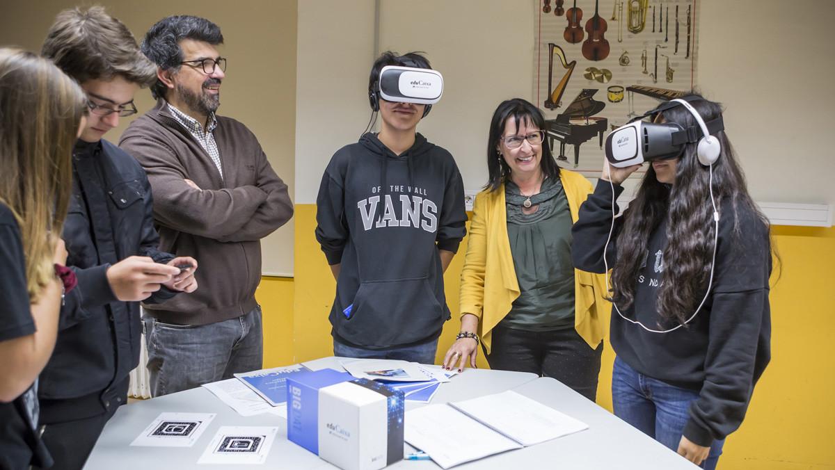 Elisa Durán y Genís Roca, con varios alumnos participantes en la presentación del programa de EduCaixa.