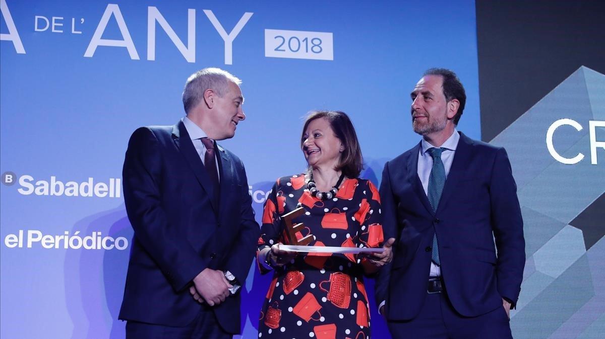 Enric Hernández y Pere Navarro entregan el premio Equipara a Cristina Gallach.