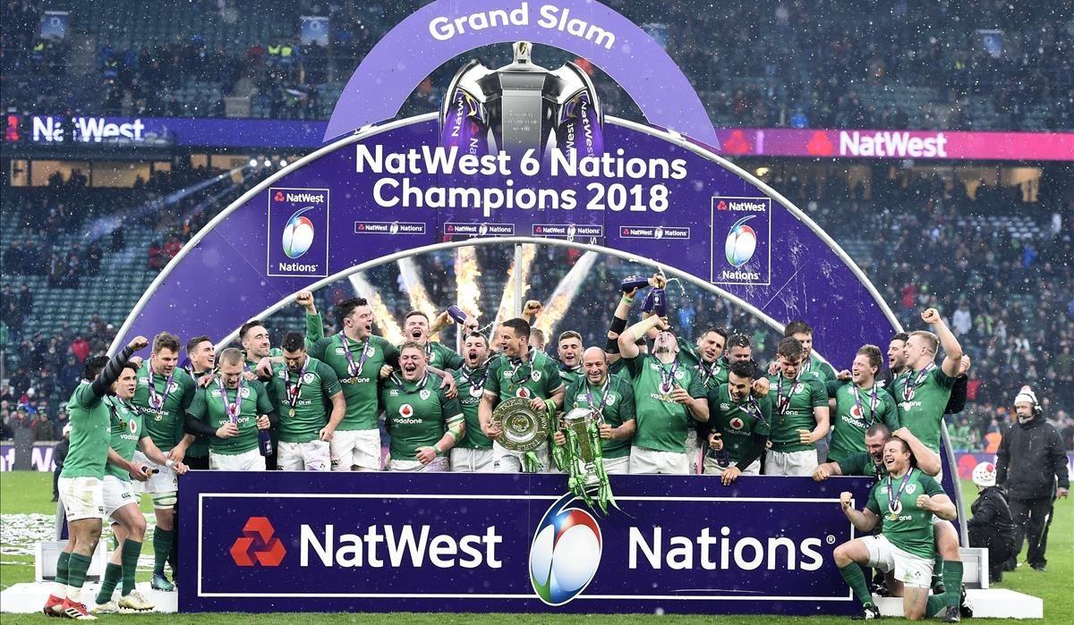 El equipo irlandés celebra el triunfo sobre Inglaterra que le dio el Grand Slam en el Seis Naciones.