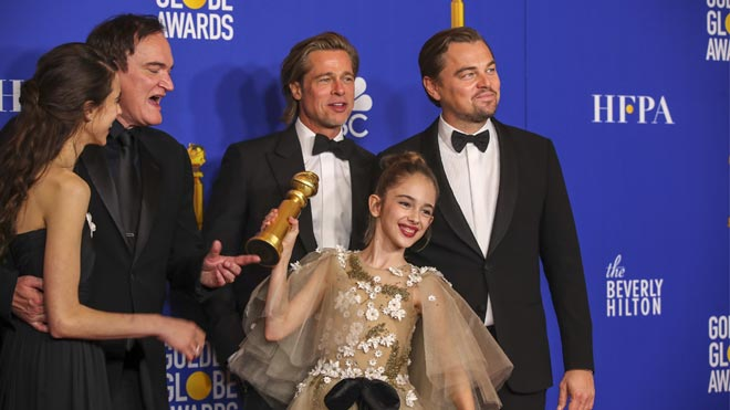 'Érase una vez en... Hollywood' triunfa en los Globos de Oro. En la foto, parte del elenco de la película:Margaret Qualley, Quentin Tarantino, Brad Pitt, Leonardo DiCaprio yJulia Butters, durante la ceremonia.