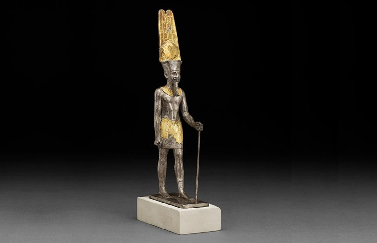 Una de las piezas de la muestra, una figura deplata bañada en oro del dios Amón-Ra.
