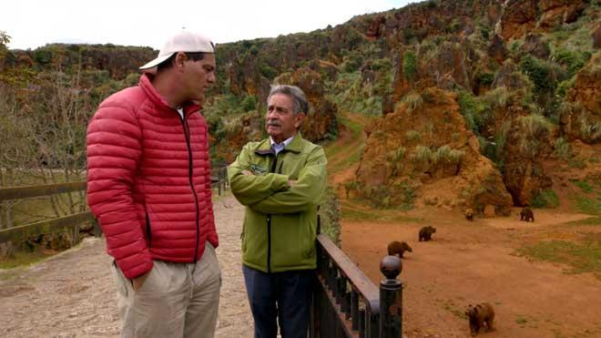 Frank Cuesta con Miguel Ángel Revilla, presidente de Cantabria, en Cabárceno, en el programa'Wild Frank. El legado de Félix' (DMAX).
