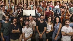 Los solistas de Carousel,en primera fila, y los músicos de la orquesta posan en ellocal de ensayo del CCCB.