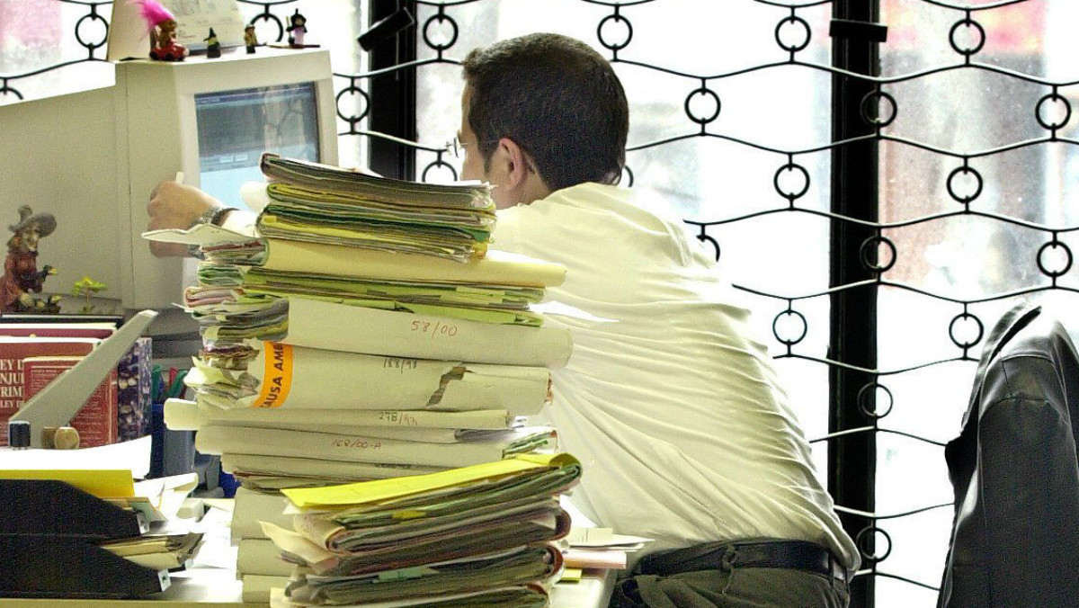Un funcionario en plena labor cotidana.