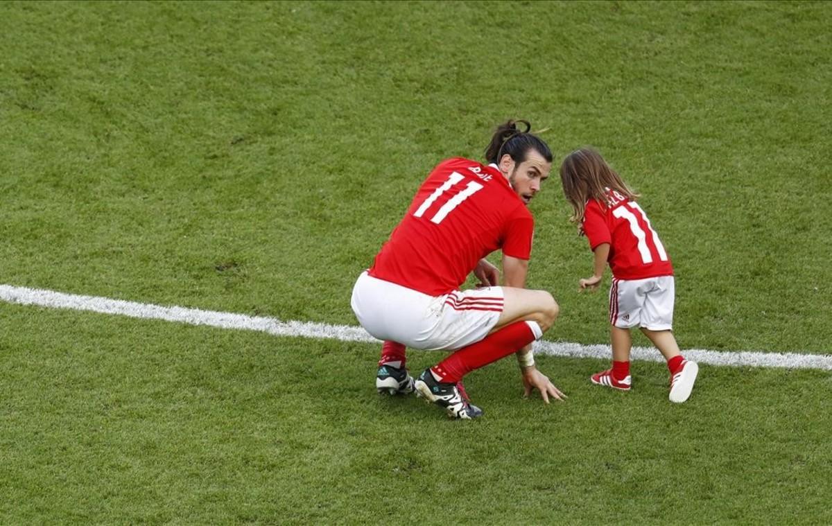 El gales Gareth Bale celebra la victoriacon suhija Alba en el partido frente a Irlanda del Norte.