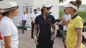 La golfista francesa Anne-Lise Caudal (centro) comenta con otras jugadoras la tagedia vivida en Dubái por la muerte de su cadi.