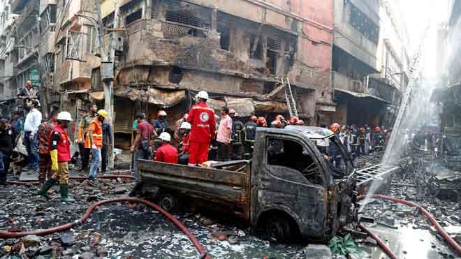 Un gran incendio en un barrio de Dacca causa decenas de muertos.