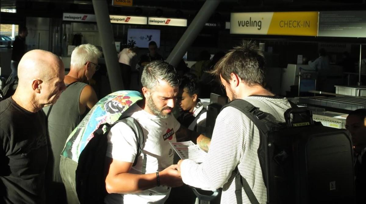 Un grupo de pasajeros del Vueling Amsterdam-Barcelona, cancelado, el pasado 2 de julio, tratan de averiguar qué ha ocurrido.