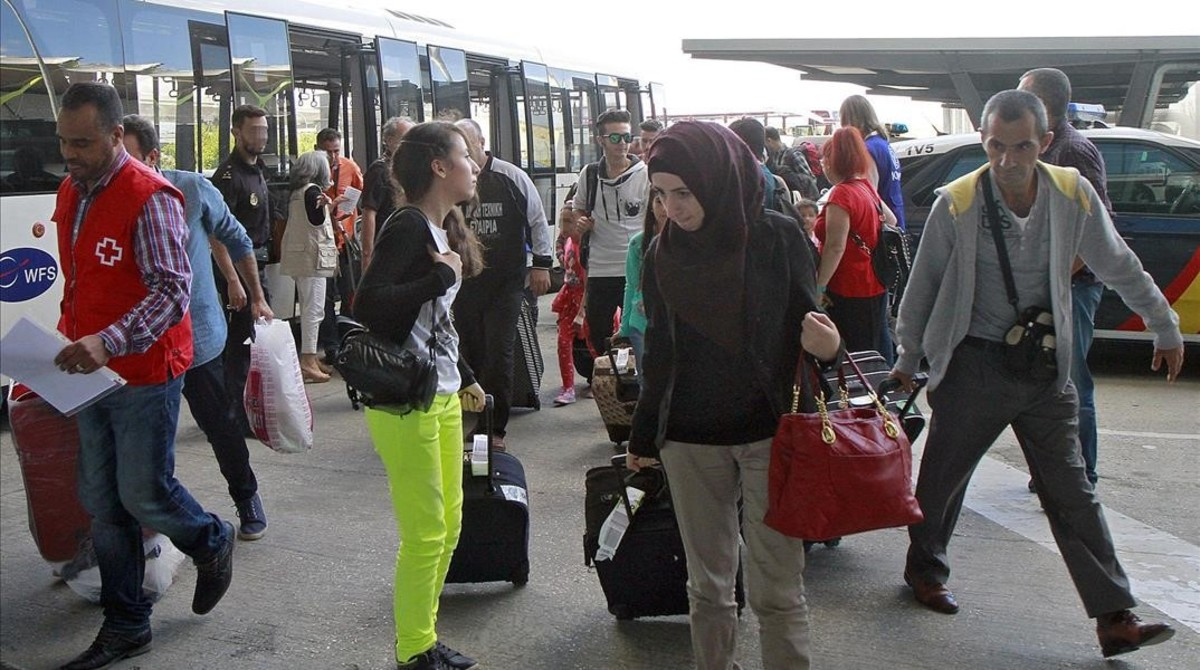 Un grupo de 31 refugiados sirios e iraquís llega al aeropuerto Adolfo Suarez de Madrid.