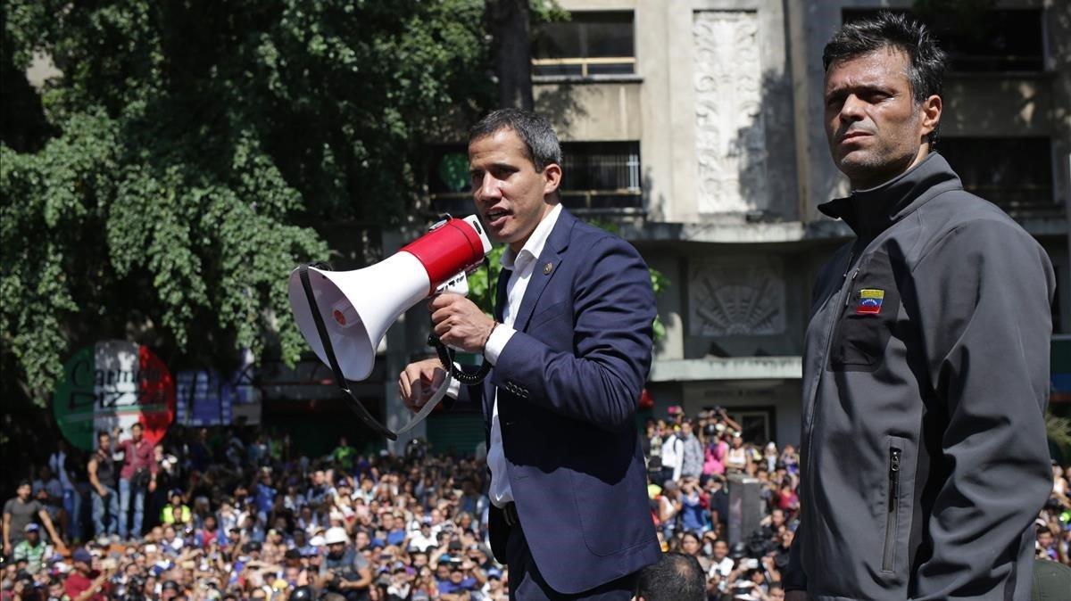 Guaidó, con el megáfono, y López en una concentración en Caracas el día del intento de alzamiento contra Maduro.