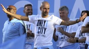 Guardiola da las gracias a los aficionados en la rúa del Manchester City tras ser campeón de la Premier.