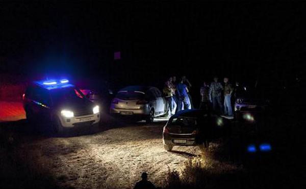 Coches de Policia y los familiares de las víctimas se acercan al lugar de los hechos