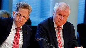 Hans-Georg Maassen, jefe del servicio secreto doméstico alemán (izquierda), junto al ministro del Interior, Horst Seehofer.