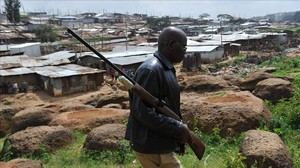Un hombre patrulla por el barrio de Langata en busca de los leones.