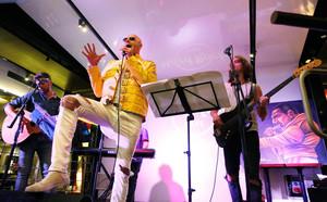 Homenaje a Freddie Mercury en el Hard Rock Café.