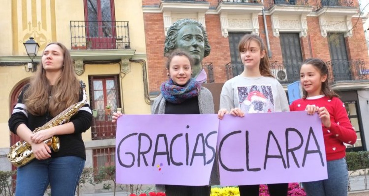 Vuelve el busto deClara Campoamor a Malasaña.