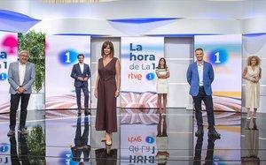 Fernando López Puig, director de Contenidos de TVE, con Martín Barreiro, Mònica López, Marina Ribel, Igor Gómez y Cristina Fernández. copresentadores de'La hora de La 1'.