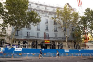 Exterior del Hotel Ritz, dondeprosiguen los trabajos de bomberos y servicios municipales.