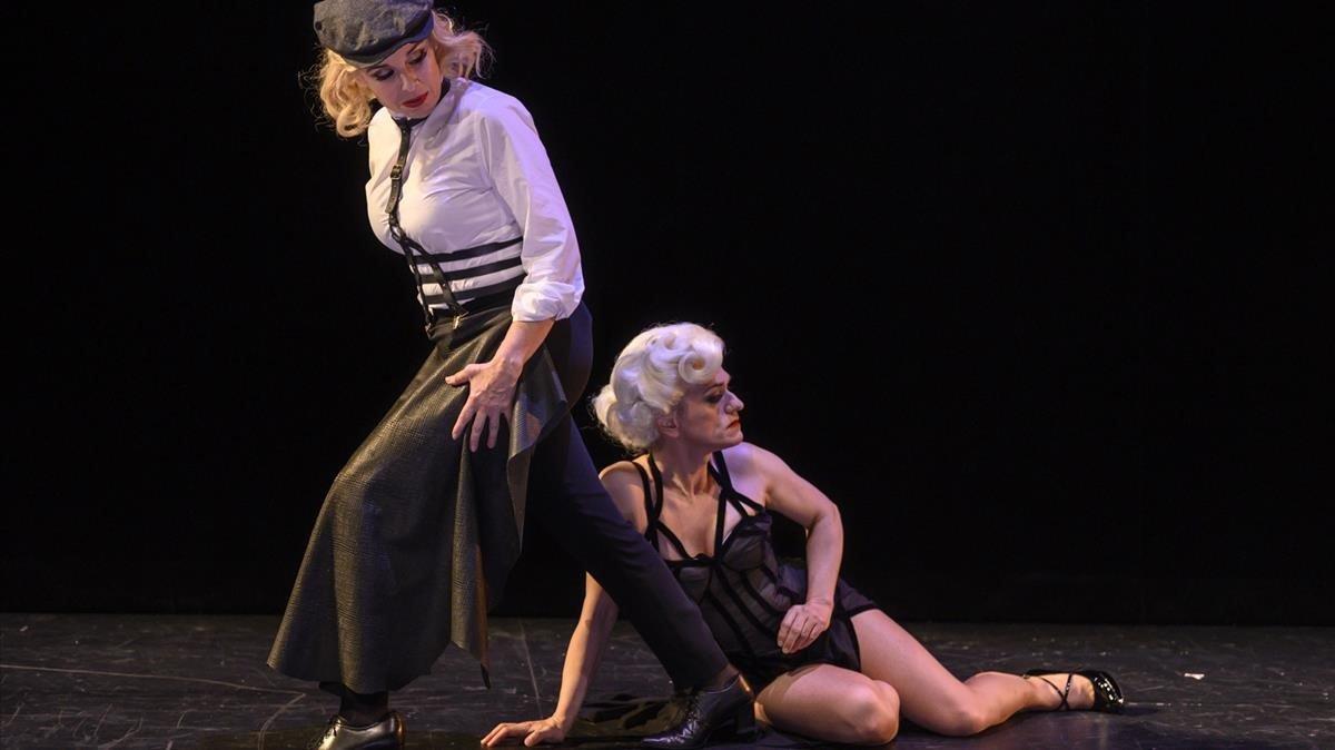 Dos intérpretes en una escena de la obra.