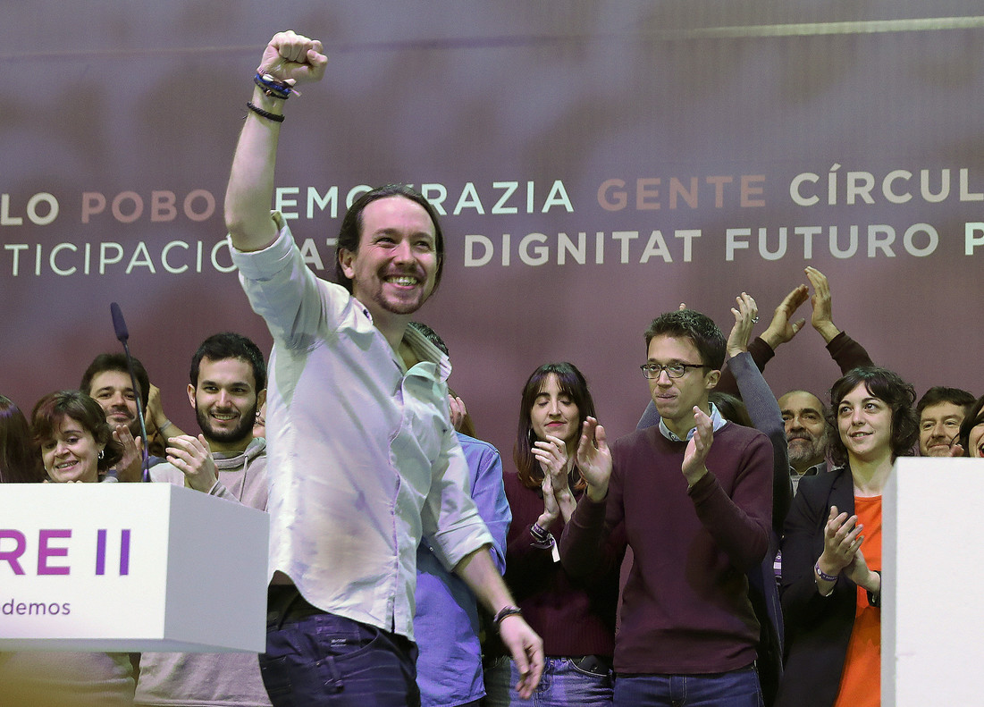 Iglesias pasa ante Errejón tras su intervención ante la asambleade Podemos en Vistalegre.