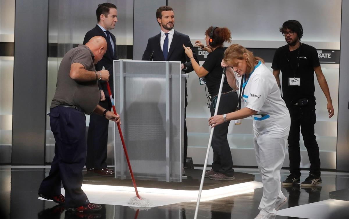 La imagen de dos limpiadoras pasando la mopa en el anterior debate en TVE en abril fue muy criticada. Hoy eran un hombre y una mujer.