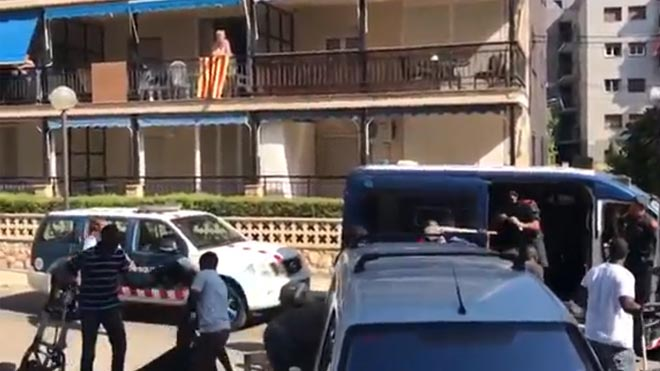 Incidentes entre manteros y Mossos dEsquadra en Salou.