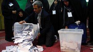 Inicio del recuento de votos en un colegio electoral en Teherán, este sábado.