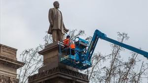 Limpieza de la estatua de Antonio López, el jueves pasado.