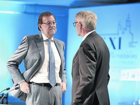 El jefe del Ejecutivo, Mariano Rajoy, conversa con el presidente del Cercle d'Economia, Antón Costas, en Sitges.