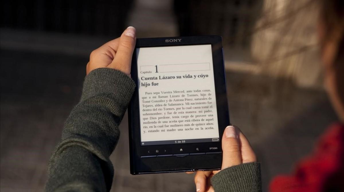 Una persona lee un libro electrónico.