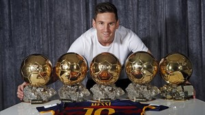 Leo Messi posa para EL PERIÓDICO con sus cinco balones de oro.