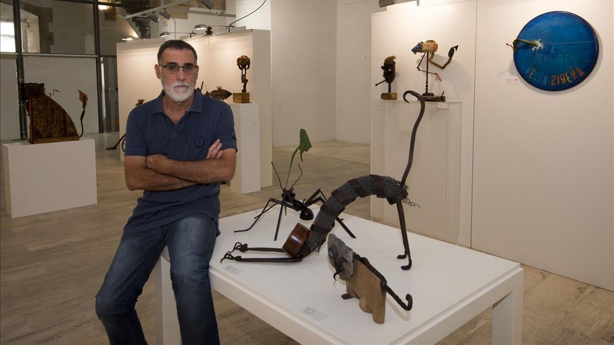 Joan Vilà, junto a una de las esculturas de la exposición con aspecto de león.