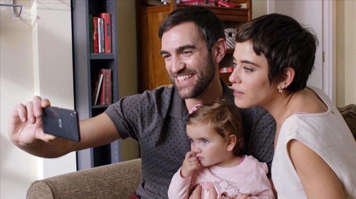 Iñaki (Jon Plazaola) y Carmen (María León), con la pequeña Elaia, protagonistas de la serie Allí abajo.