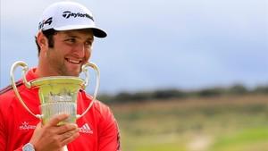 Jon Rahm muerde, emocionado, el trofeo del Abierto de España.